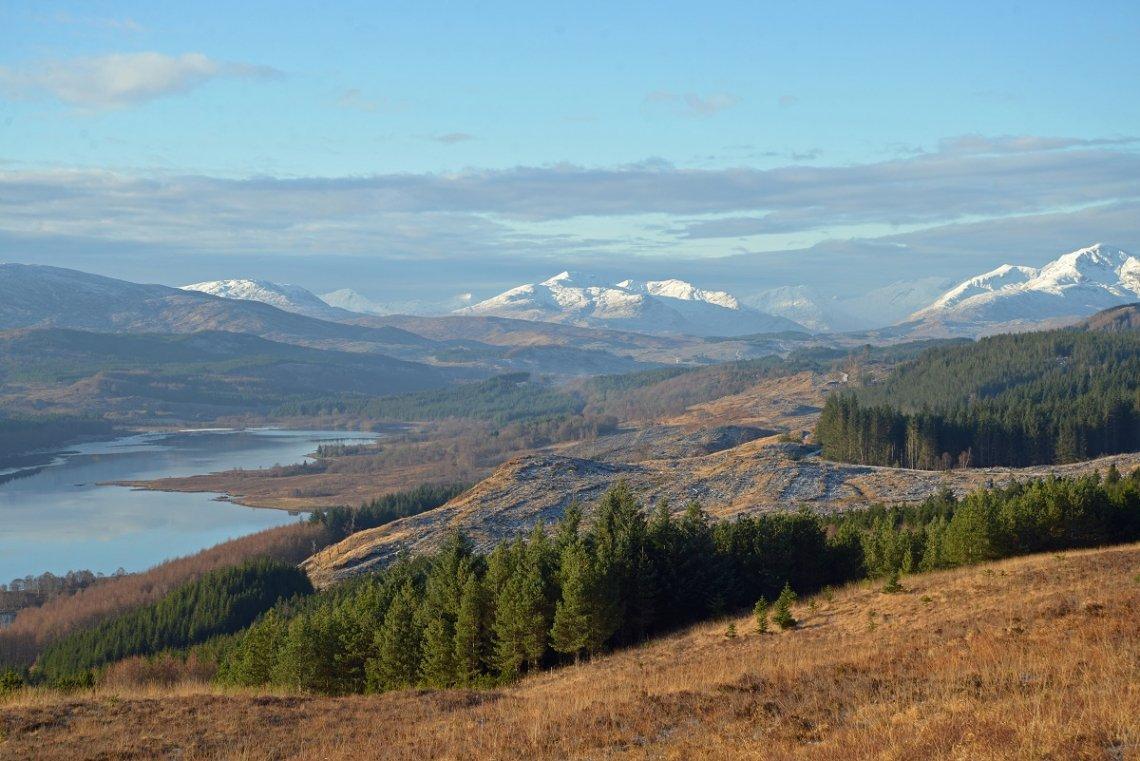 Loch Cluanie in den schottischen Highlands im Winter