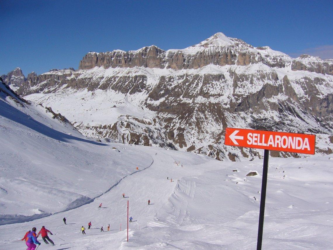 Blick auf einen Abschnitt der Sellarunde in den Dolomiten