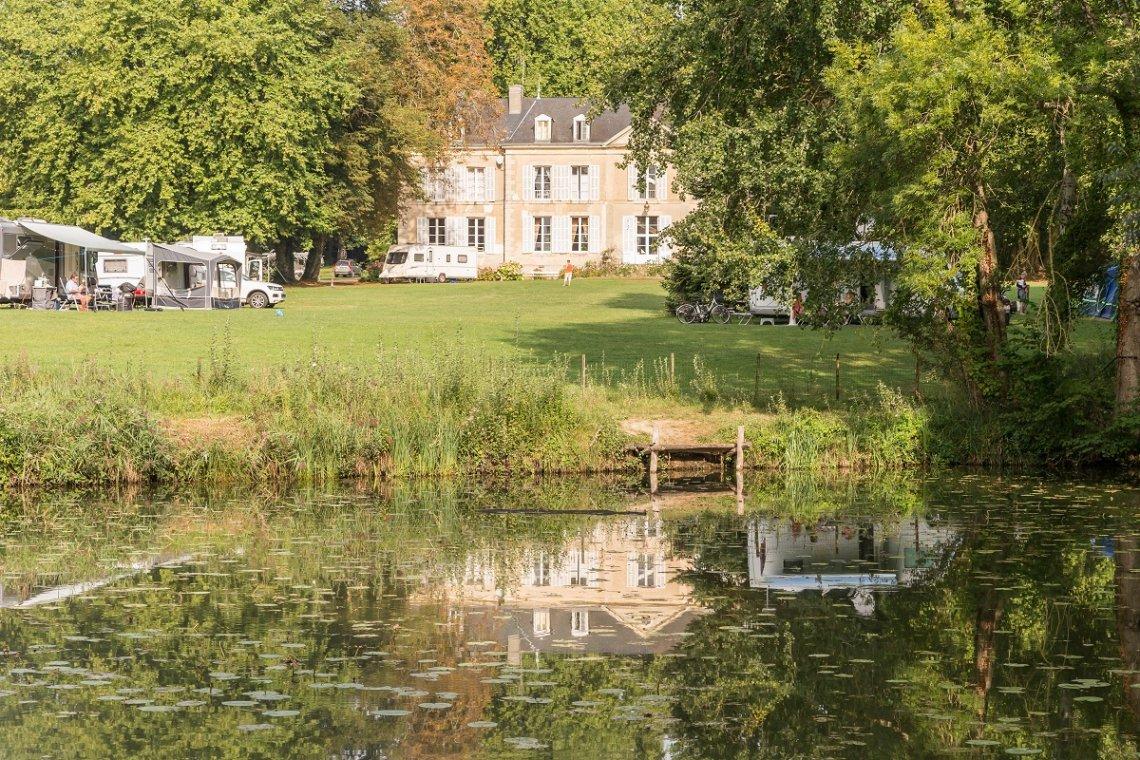 Blick auf Wiese und Herrenhaus am Campingplatz Chateau de Chanteloup