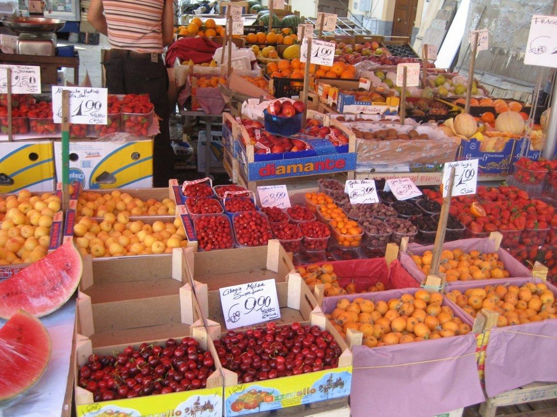 Vers fruit op de markt in Palermo, Sicilië