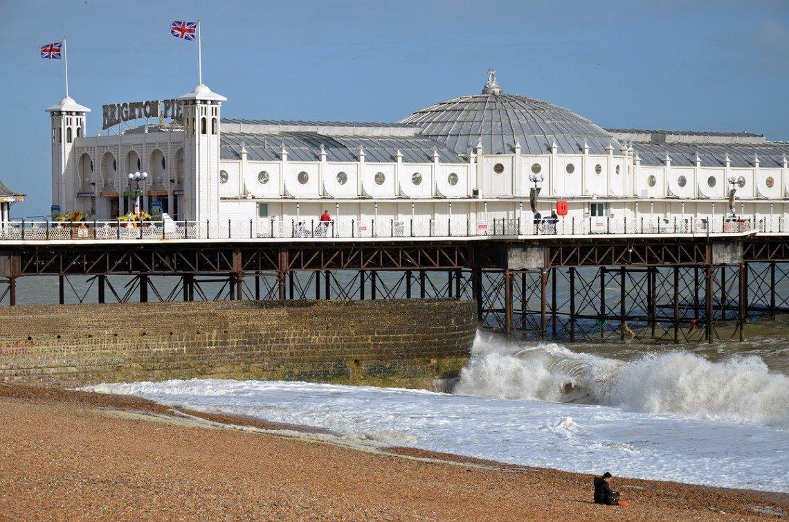 Brighton Palace Pier vom Strand aus