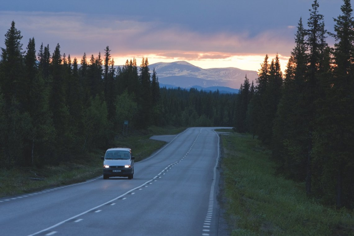 Straße bei Dämmerung in Schwedisch Lappland