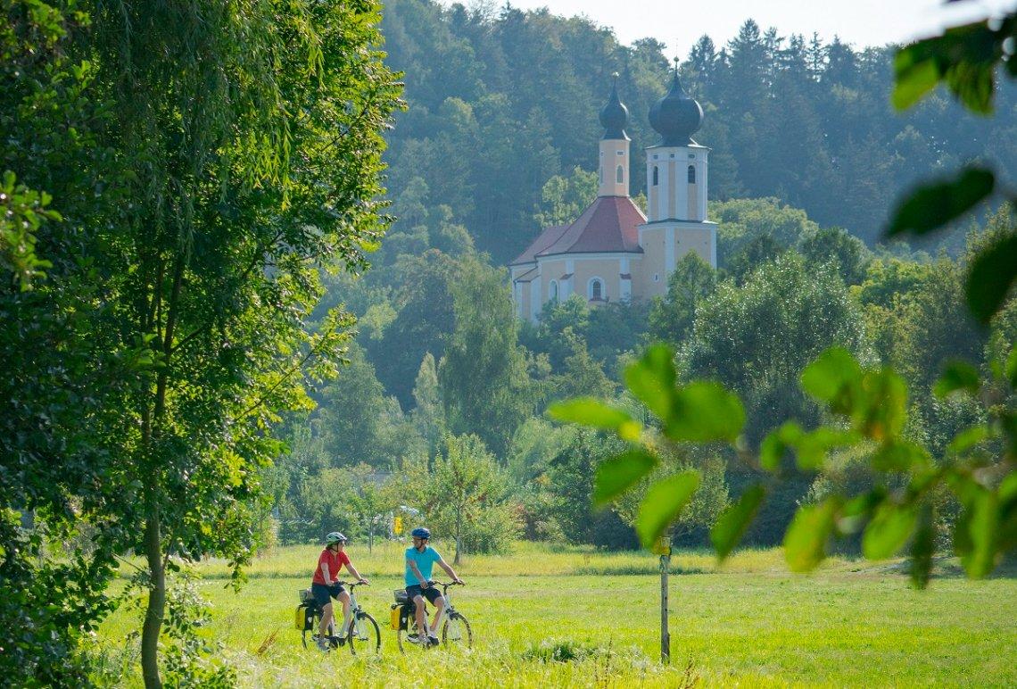 Fahrradfahrer unterhalb der Kirche St. Sebastian bei Breitenbrunn