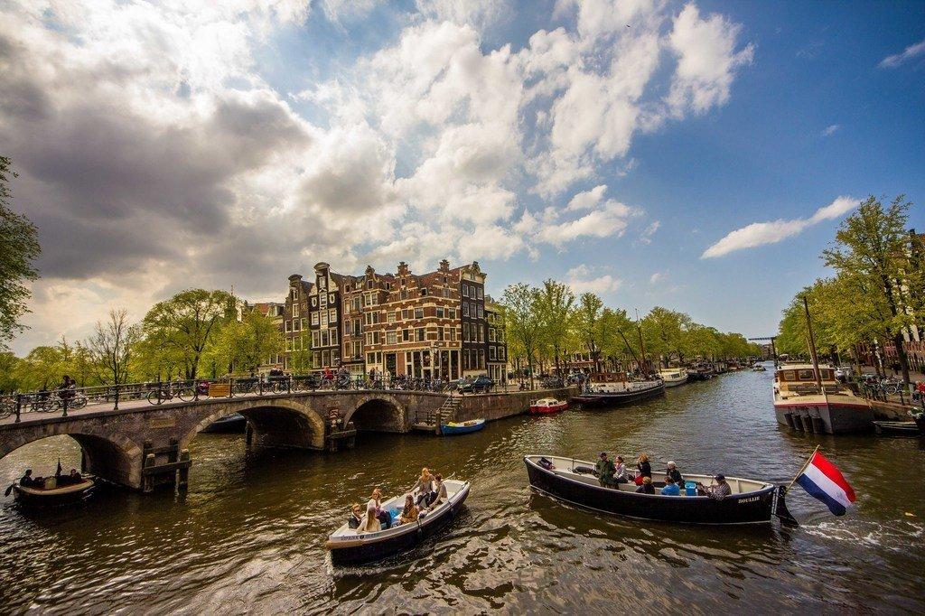 Boote auf den Kanälen in Amsterdam
