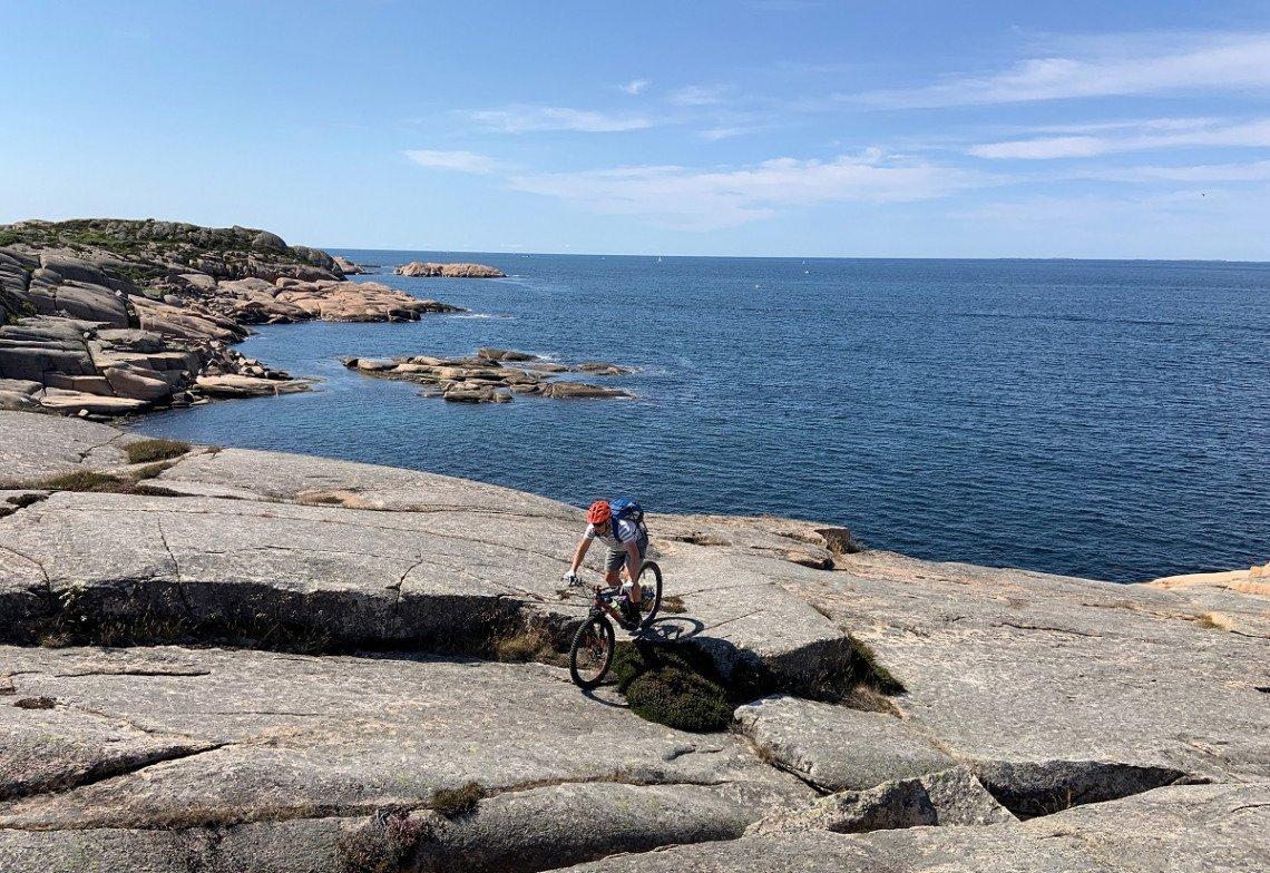 Mit dem Mountainbike über die Felsen von Ramsvik