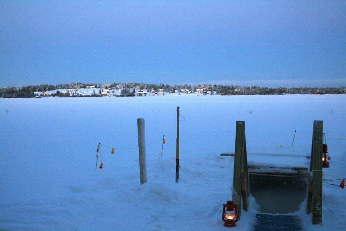 Nach der Sauna geht es für die Finnen ab ins Eisloch.