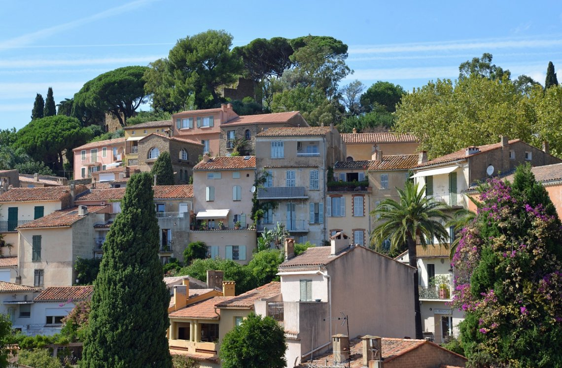 Blick auf Bormes-les-Mimosas in Frankreich