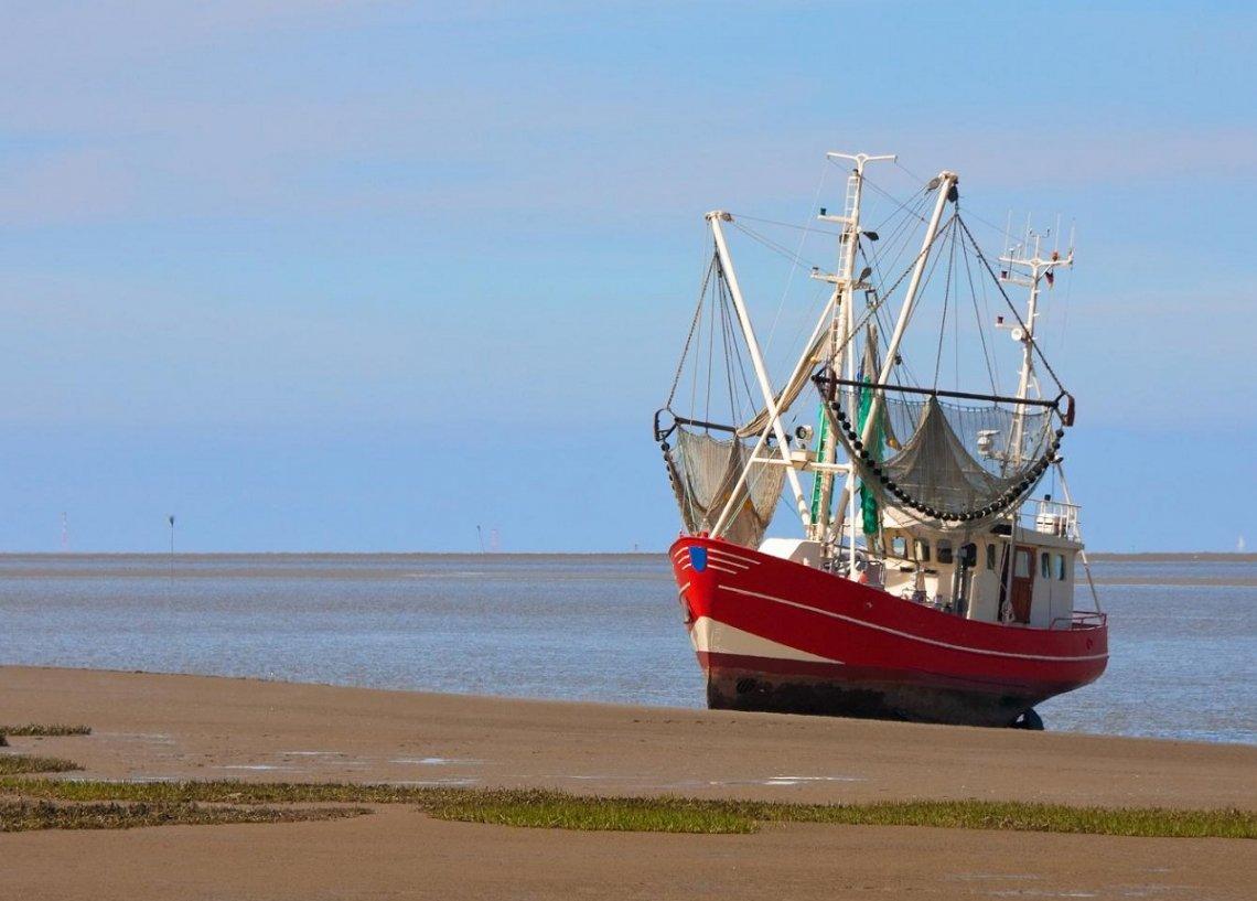 Fischkutter bei Ebbe an der Nordseeküste