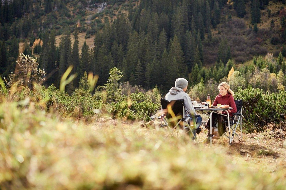 Campingtisch in der Natur auf unebenem Gelände
