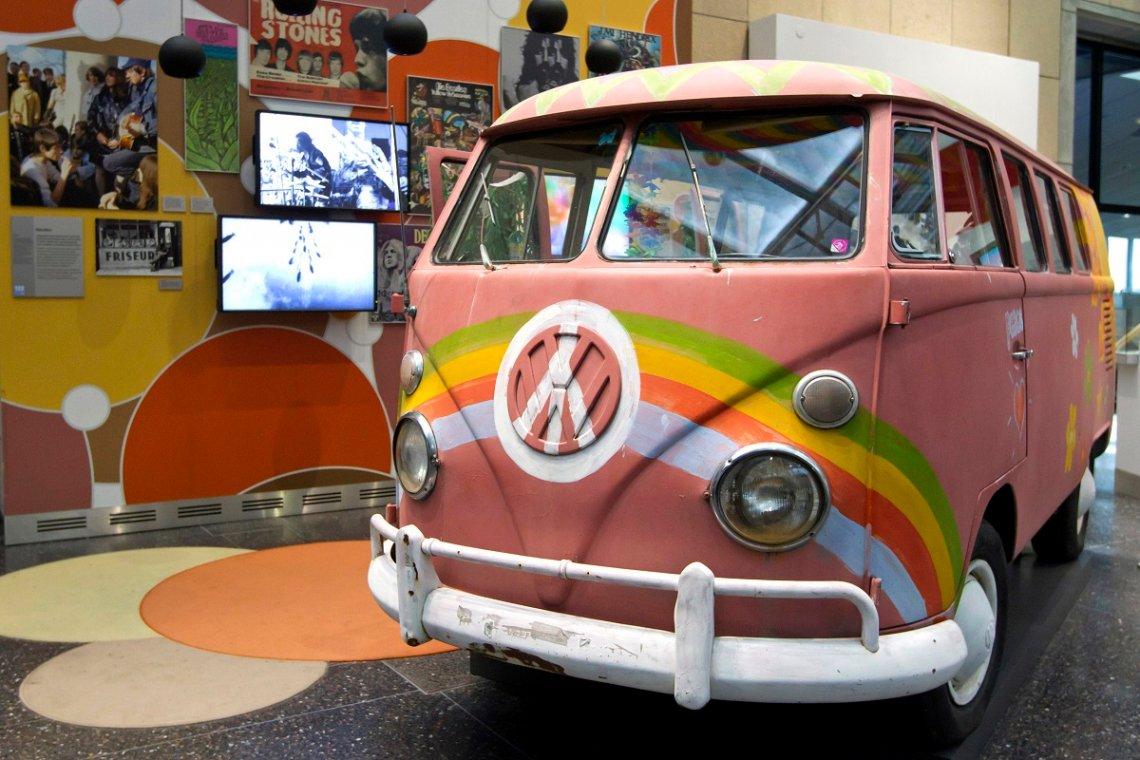 Bunt bemalter Hippie-Bulli im Haus der Geschichte in Bonn