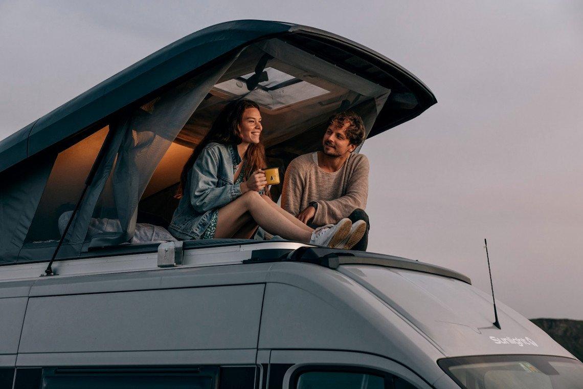 Chillen im Rooftop des Sunlight Campervans Cliff RT Adventure Edition