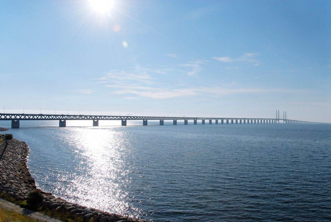 Blick auf die Öresundbrücke vom Strand in Schweden