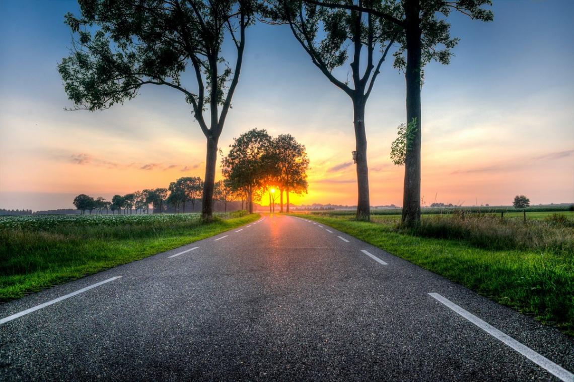 Straße Niederlande bei Sonnenuntergang