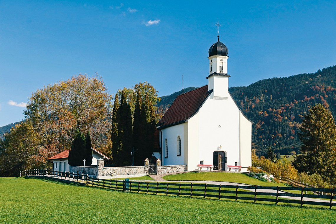 Blick auf kleine Kirche St. Peter bei Berghof im Allgäu