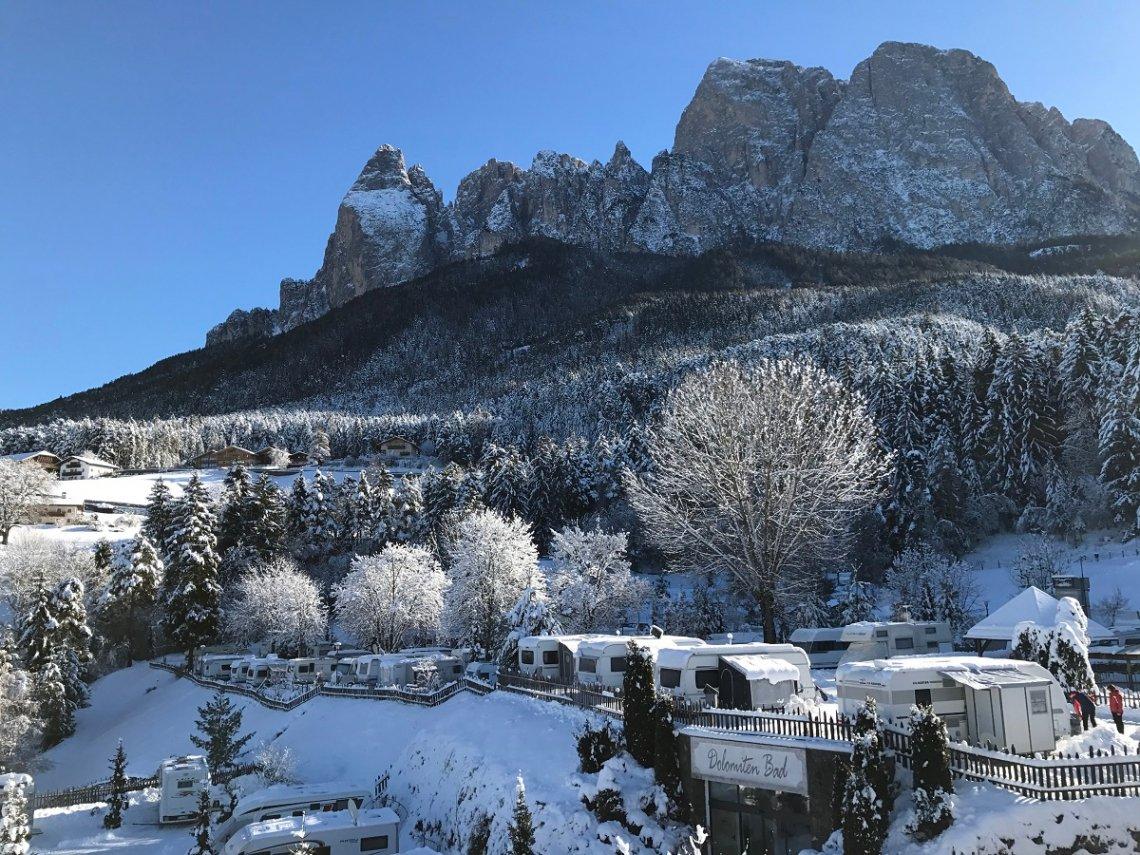 blick auf den Campingplatz Seiser Alm und den Rosengarten im Winter
